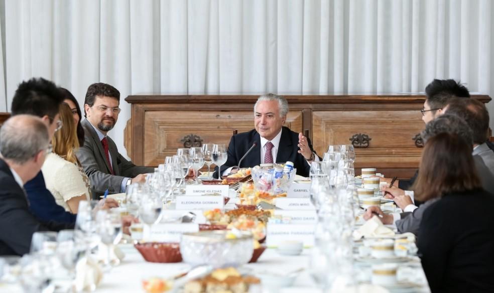 O presidente Michel Temer, no Palácio da Alvorada, durante encontro com jornalistas de veículos estrangeiros — Foto: Marcos Corrêa/PR