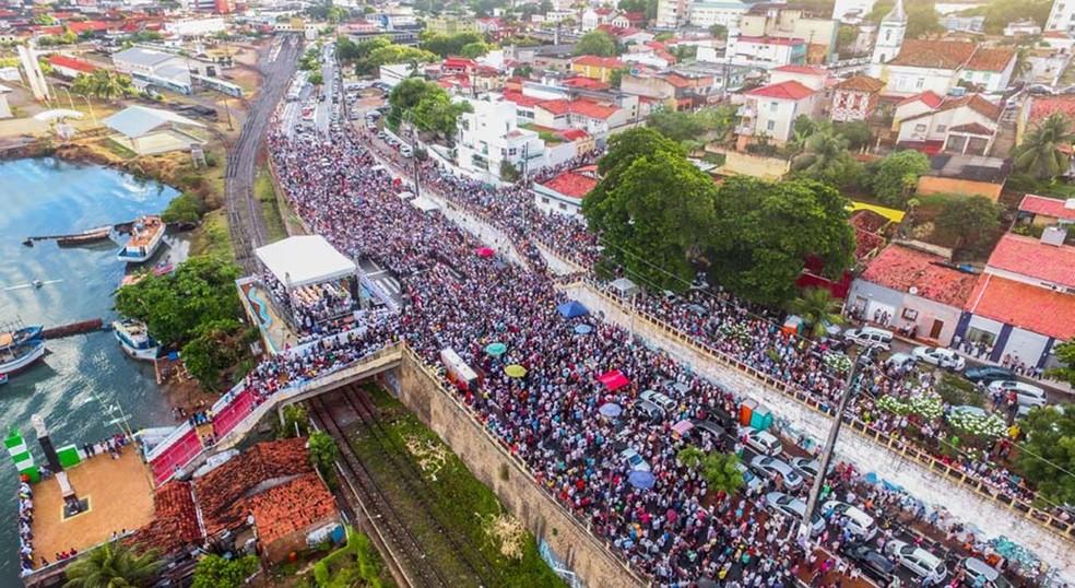 Milhares de fiéis foram à Pedra do Rosário, no Paço da Pátria, homenagear Nossa Senhora da Apresentação, padroeira de Natal — Foto: Canindé Soares