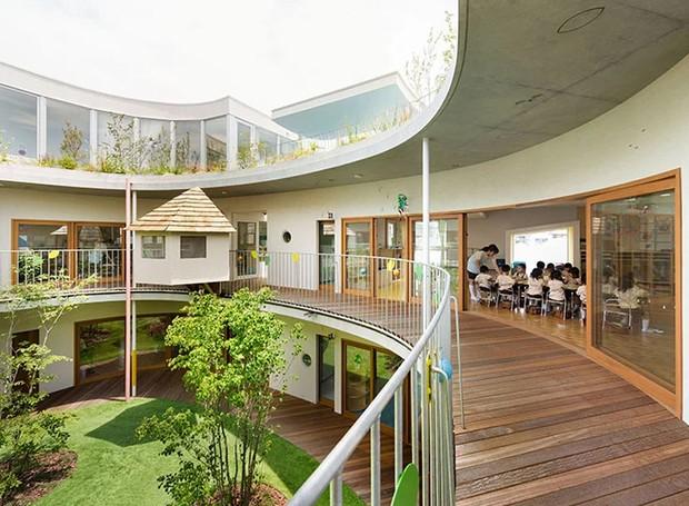 As portas das salas de aula são de vidro para trazer iluminação natural ao ambiente (Foto: MAMM Design/ Divulgação)