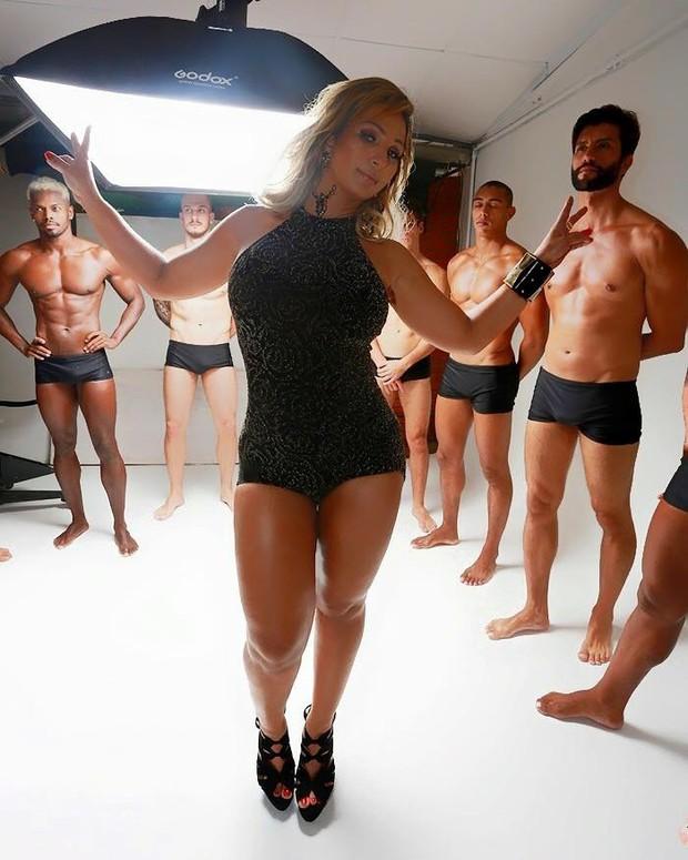 Valesca Popozuda com modelos nos bastidores de sessao de fotos (Foto: Divulgação)