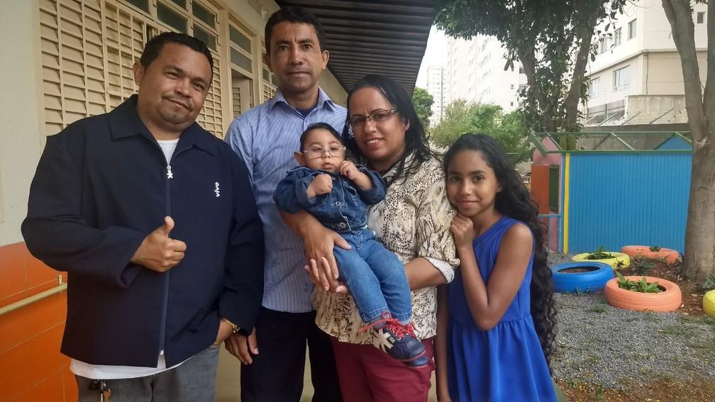 Família de Jessé no Centro de Ensino Especial, em Ceilândia (Foto: Marília Marques/G1)