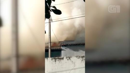 Casa pega fogo no bairro Santo Antônio em Salto; vídeo