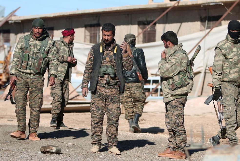 Em novembro de 2016, a aliança armada curdo-árabe Forças da Síria Democrática (FSD) anunciou a ofensiva 'Ira do Eufrates' para expulsar o EI de Al Raqqa — Foto: Rodi Said/Reuters