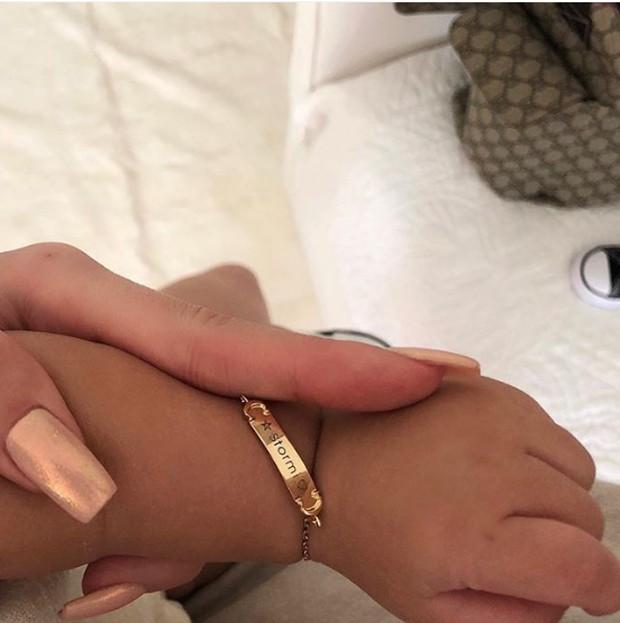 Kylie Jenner presenteira filha Storm com pulseira (Foto: Reprodução/Instagram)