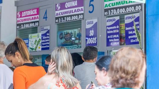 """Ninguém acertou as seis dezenas do concurso 2.149 realizado na noite desta quarta (8) e o prêmio acumulou para R$ 275 milhões. O próximo sorteio acontece no sábado (11), às 20h (horário de Brasília), no espaço Loterias Caixa no Terminal Rodoviário Tietê, em São Paulo (SP).  Este é o maior prêmio da Mega-Sena acumulado na história entre concursos regulares sem contar Mega da Virada. O segundo maior valor acumulado nesta categoria até hoje é o concurso de número 1763, de 21 de novembro de 2015, que ficou acumulado em R$ 200 milhões.  Ao considerar todos os prêmios, incluindo Mega da Virada, este é o quarto maior concurso já acumulado da história.  É importante ressaltar que o G1 analisou os maiores concursos já acumulados da história e não os valores finais pagos aos ganhadores.  Para apostar na Mega-Sena As apostas podem ser feitas até as 19h (de Brasília) do dia do sorteio, em qualquer lotérica do país ou pela internet. A aposta mínima custa R$ 3,50.  Pela internet também é possível adquirir combos. São seis opções que inclui várias modalidades. Na seleção do combo, o apostador pode escolher entre visualizar os números selecionados em cada aposta ou o formato """"Surpresinha"""", no qual o sistema escolhe aleatoriamente os números da aposta, quando da sua efetivação. O valor mínimo para apostar na internet é de R$ 30 e o máximo de R$ 500 por dia.  Probabilidades A probabilidade de vencer em cada concurso varia de acordo com o número de dezenas jogadas e do tipo de aposta realizada. Para a aposta simples, com apenas seis dezenas, com preço de R$ 3,50, a probabilidade de ganhar o prêmio milionário é de 1 em 50.063.860, segundo a Caixa.  Já para uma aposta com 15 dezenas (limite máximo), com o preço de R$ 17.517,50, a probabilidade de acertar o prêmio é de 1 em 10.003, ainda segundo a Caixa."""