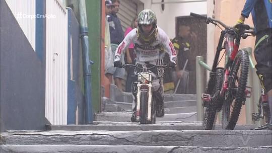 17ª Descida das Escadas de Santos é realizada no Morro do Pacheco