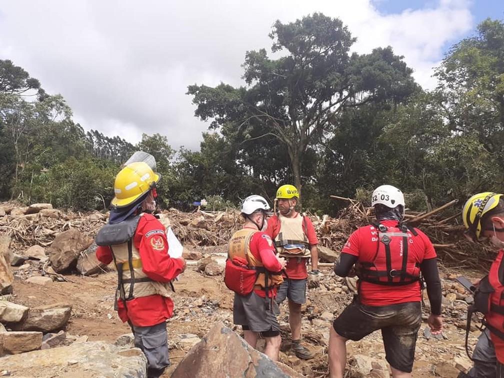 Imagem mostra bombeiros realizando buscas na cidade de Presidente Getúlio nesta quinta-feira (17). — Foto: Prefeitura de Presidente Getúlio