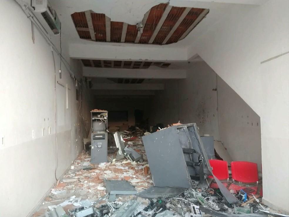 Agência bancária ficou destruída após explosão, em Coremas, na Paraíba — Foto: Reprodução/TV Paraíba