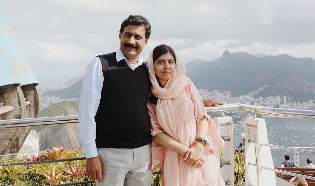 Ziauddin Yousafzai e a filha, Malala, posam para foto no Pão de Açúcar, no Rio de Janeiro, no dia do aniversário de 21 anos da ativista paquistanesa — Foto: Divulgação/Luisa Dörr para Malala Fund