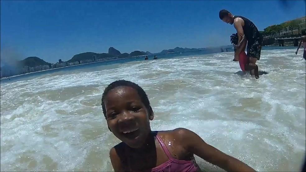 Crianças refugiadas tiveram primeiro contato com o mar em Copacabana (Foto: Reprodução/BBC Brasil)