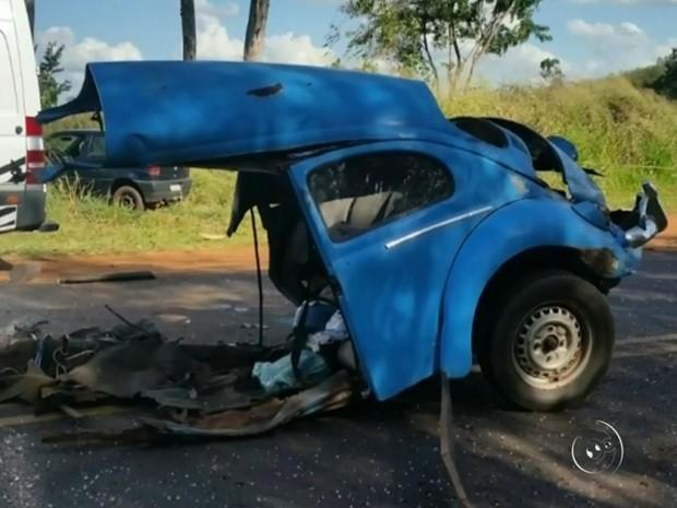 Com impacto, carro ficou partido ao meio (Foto: Reprodução / TV TEM)