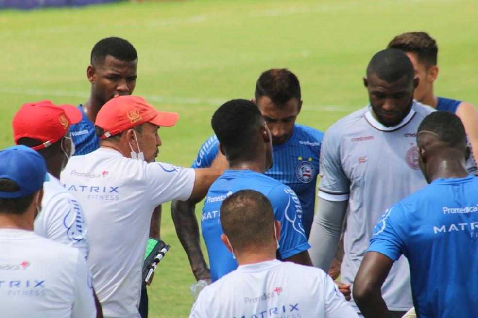 Cláudio Prates orienta grupo sub-23 do Bahia — Foto: Bruno Queiroz / Divulgação / EC Bahia
