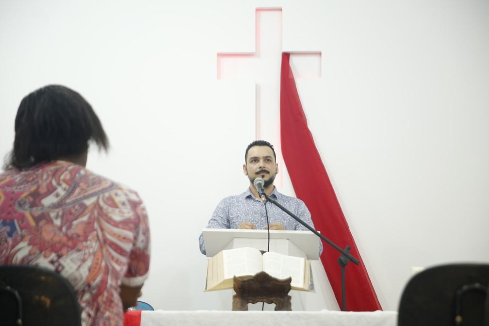 Pastor Luís Gustavo cedeu o espaço da Igreja da Comunidade Metropolitana, no Centro do Rio, para receber as aulas do curso de inglês solidário — Foto: Marcos Serra Lima/G1