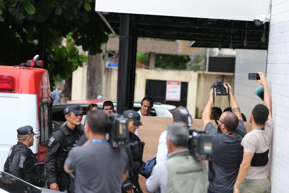 O governador Camilo Santana acompanhou a chegada de Cid a hospital em Fortaleza — Foto: Isanelle Nascimento/SVM