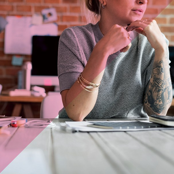 Tatuagem no ambiente de trabalho ainda é tabu? (Foto: Thinkstock / Arte: Victoria Polak)