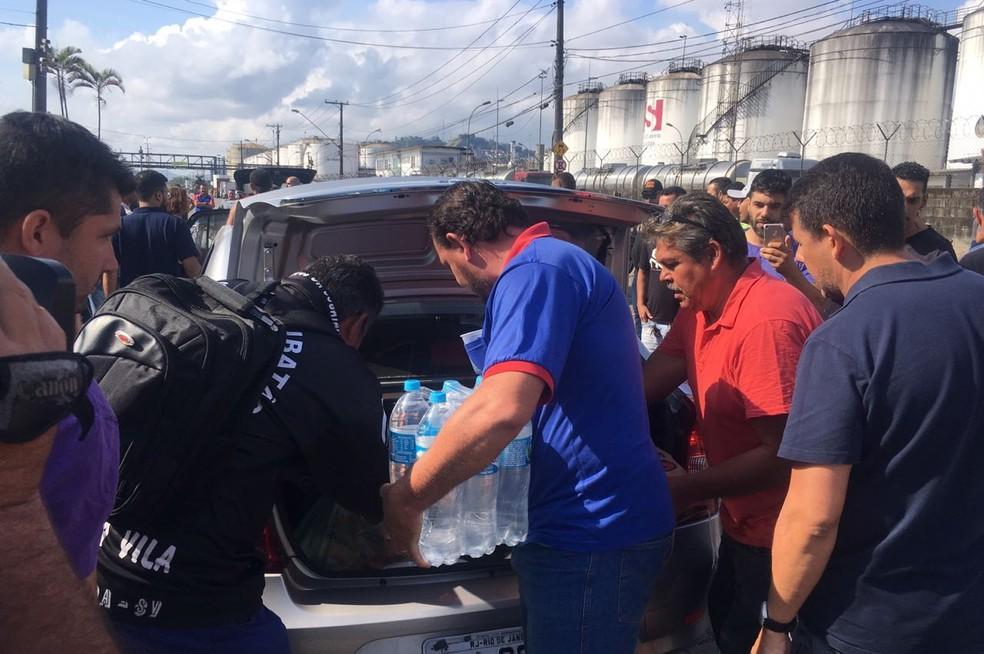 Caminhoneiros recebem ajuda da população santista durante greve (Foto: Solange Freitas/G1)