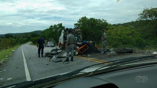 Criminosos explodem carro-forte e fazem reféns catar dinheiro em Goiás
