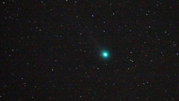 O cometa 46P/Wirtanen vai aparecer na cor verde, como o cometa Lovejoy (foto), visto em 2015 no céu da Bulgária (Foto: Getty Images via BBC News)