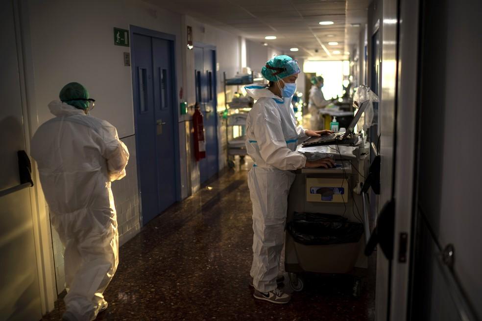 Profissionais de saúde trabalham em ala para pacientes com Covid-19 em hospital de Barcelona em 18 de novembro de 2020 — Foto: Emilio Morenatti/AP