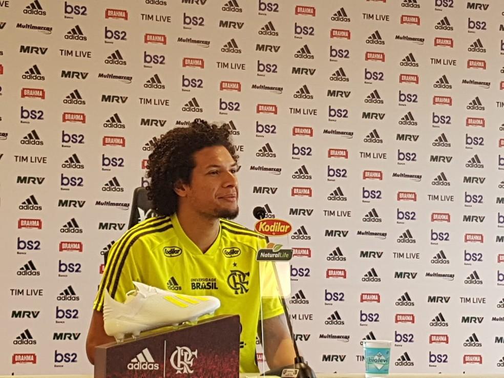 Willian Arão em entrevista no Ninho do Urubu — Foto: Marcelo Baltar