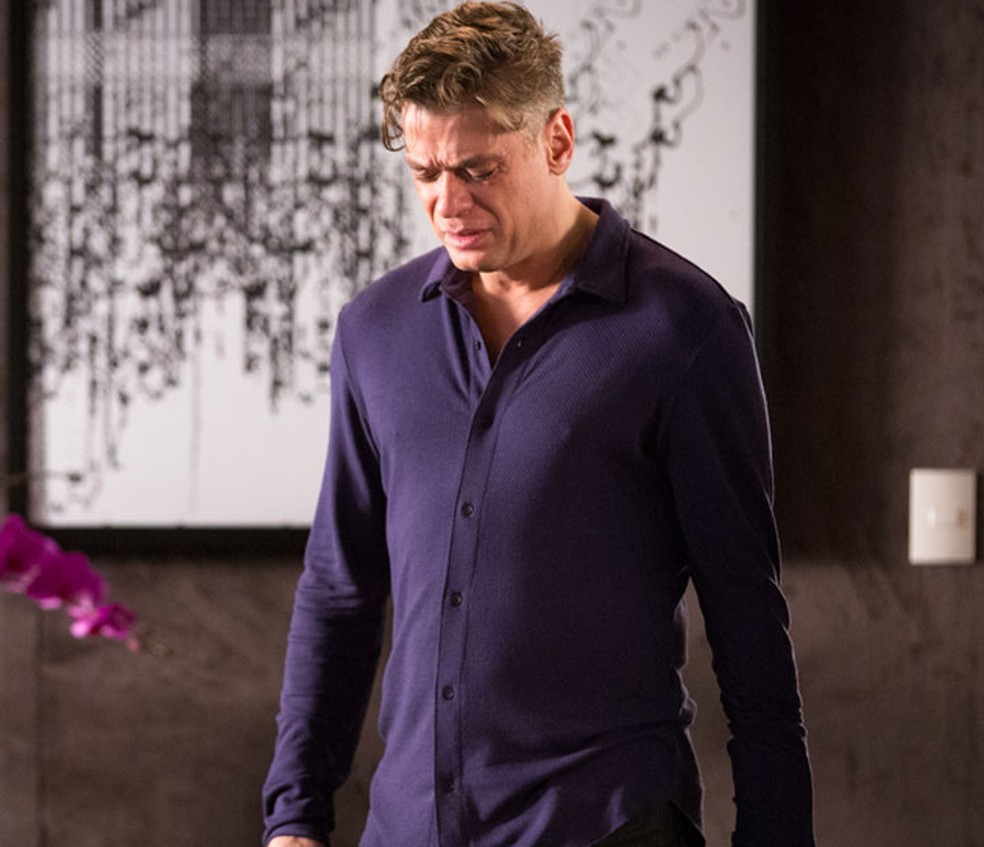 Arthur (Fábio Assunção) sofre por Eliza (Marina Ruy Barbosa) — Foto: Globo