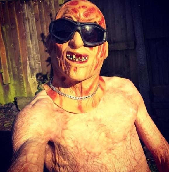 Freddy Beeson como Freddy Krueger: bom humor contra a tragédia