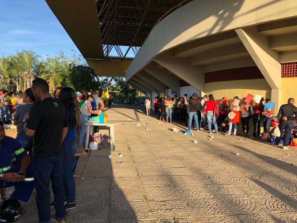 Candidatos esperam na fila para conseguir receber senha de inscrição. — Foto: Mateus Ferreira/TV Verdes Mares