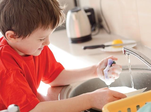 Menino lavando louça na pia (Foto:  Thinkstock)