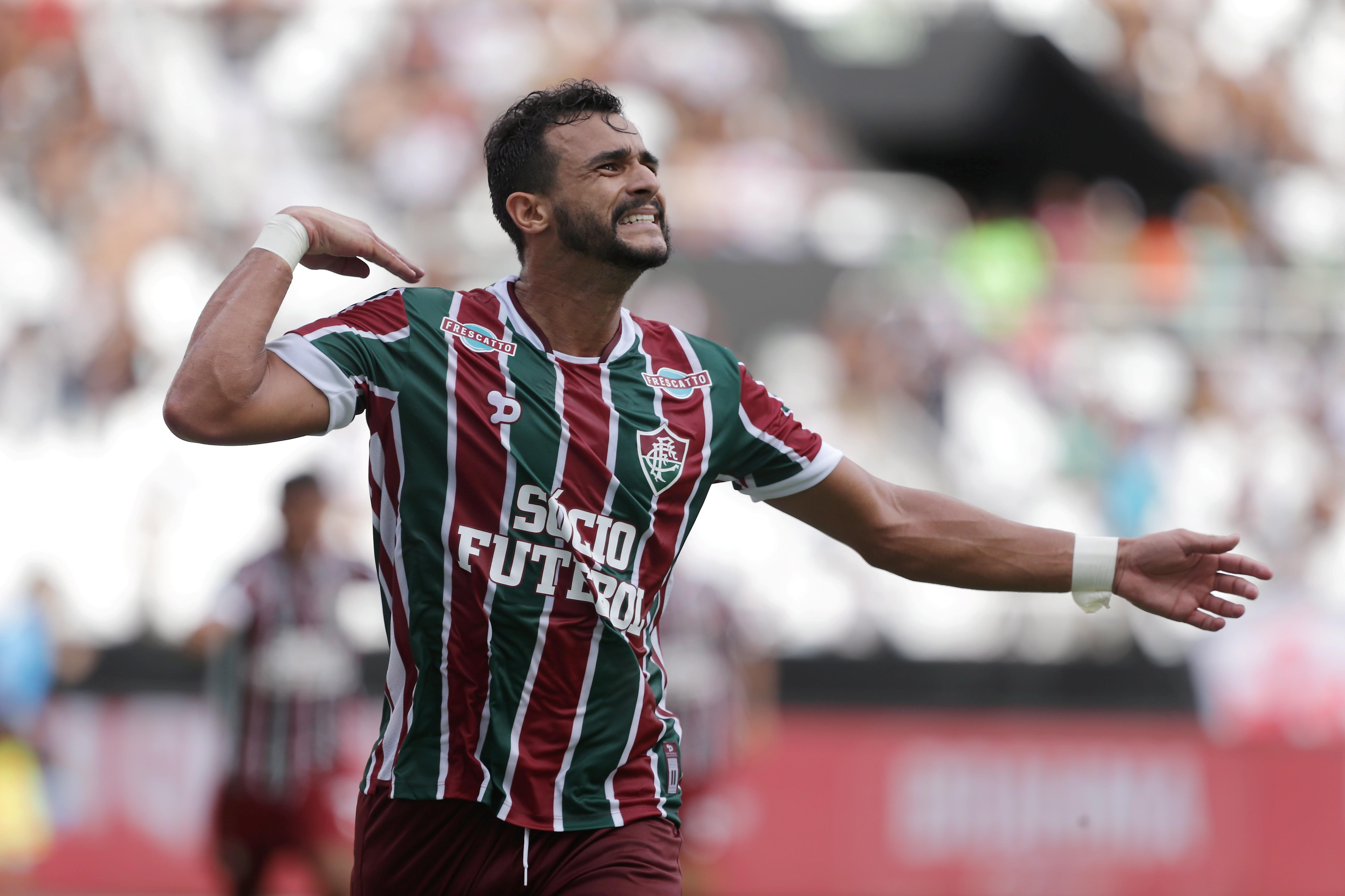Henrique Dourado comemora seu gol no clássico