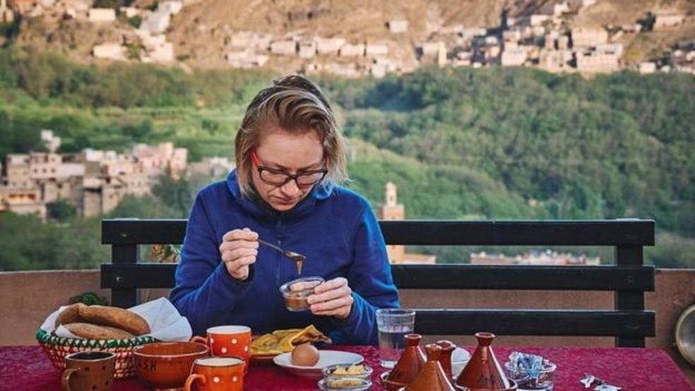 Getty Images — Foto: Turista no Marrocos; refeições nutritivas e com ingredientes locais são um dos atrativos do turismo de bem-estar