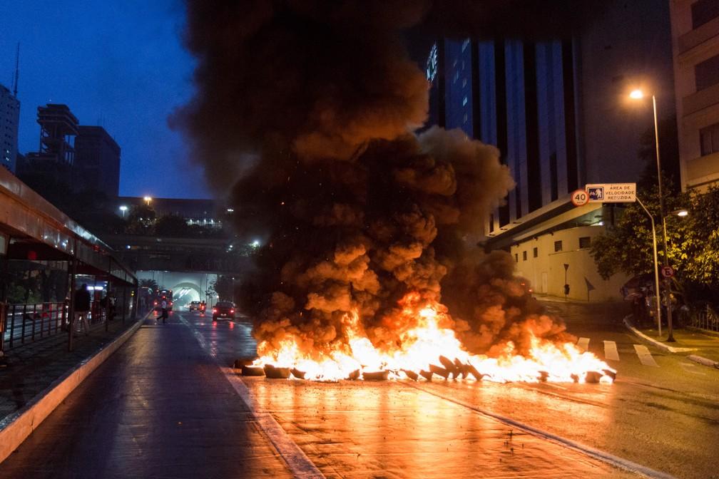 9 de janeiro - Manifestantes colocam fogo em uma barreira de pneus na Avenida 9 de Julho, em São Paulo, contra o aumento da tarifa de R$ 3,80 para R$ 4 (Foto: Rogério de Santis/Futura Press/Estadão Conteúdo)