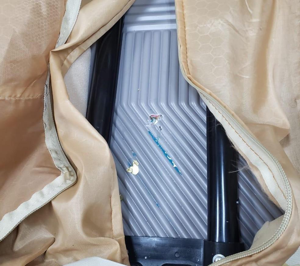 Droga estava escondida no fundo falso de uma mala da passageira — Foto: Polícia Federal