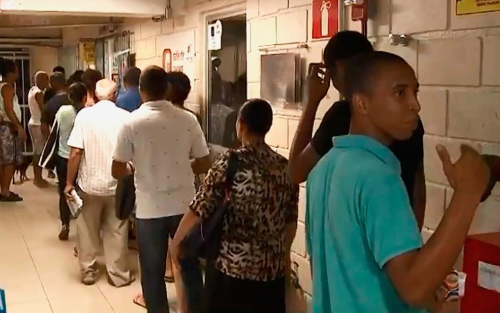 Consumidores reclamam das grandes filas para pagar conta de luz após lotéricas da Bahia deixarem de receber boleto da Coelba (Foto: Reprodução/TV Bahia)