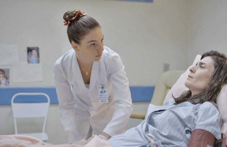 No sábado (28), Betina (Isis Valverde) descobrirá que Leila (Arieta Corrêa) está fingindo não se recuperar para continuar dependente de Magno (Juliano Cazarré)  Reprodução