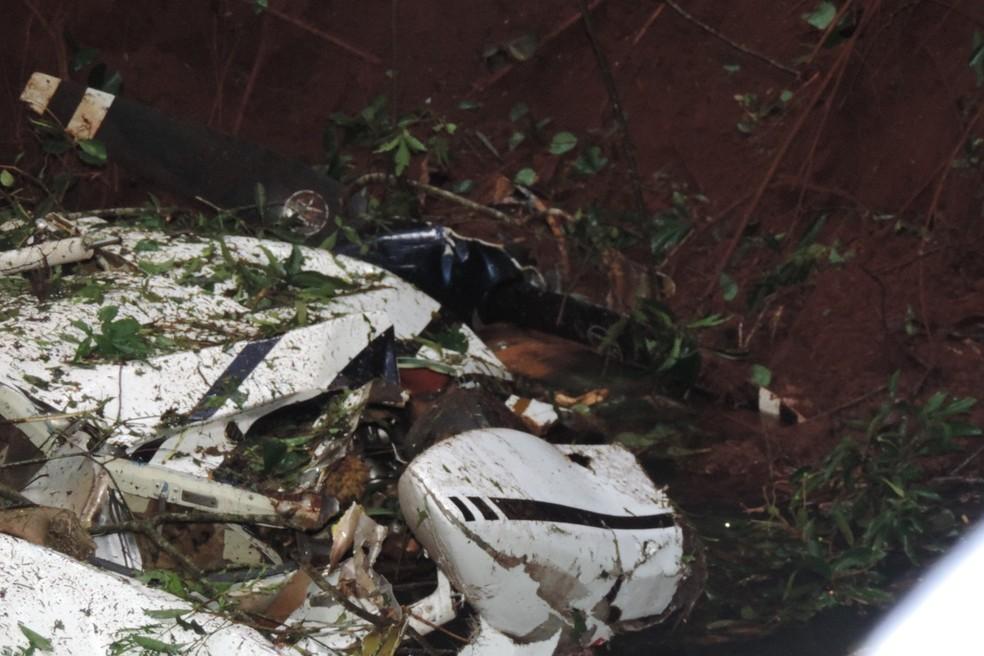 Partes do avião que caiu no Paraná se espalharam pelo rio e por uma plantação de soja — Foto: Jorge Tolim/Você e Região