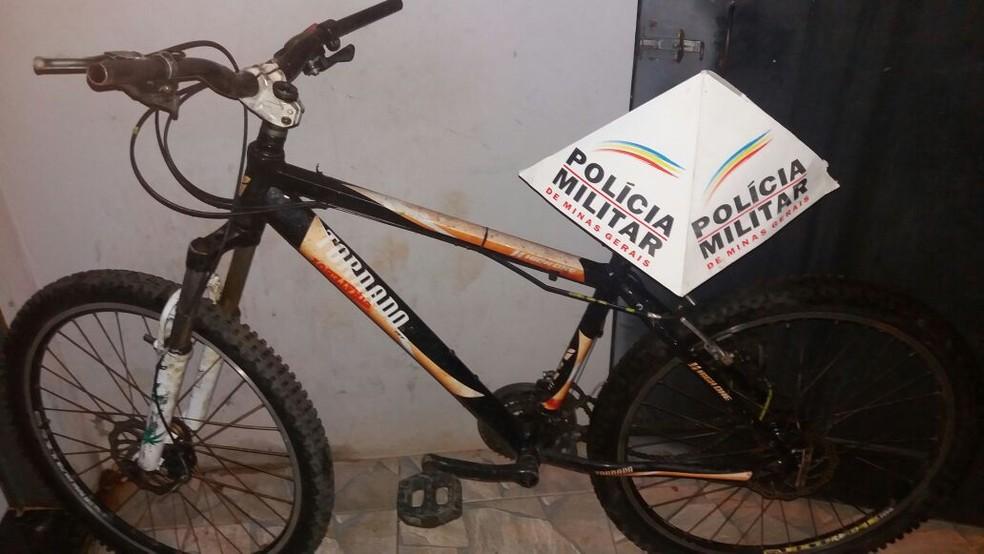 Bicicleta roubada encontrada com o adolescente de 15 anos.  (Foto: Policia Militar / Divulgação)