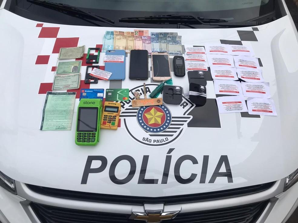 Polícia apreendeu celulares, máquinas de cartão, etiquetas falsas de bancos, R$ 227 e duas porções de maconha — Foto: Polícia Militar/Divulgação