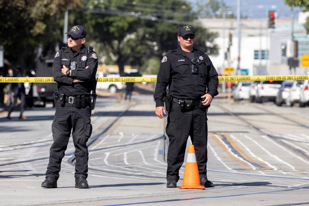 Policiais isolam pátio de trens onde ocorreu assassinato em massa em San Jose, Califórnia (EUA), nesta quarta (26) — Foto: Peter DaSilva/Reuters