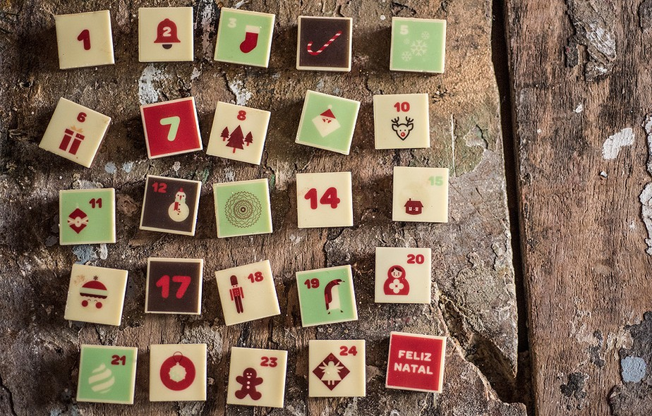 """A Cau (cauchocolates.com.br) traz o Calendário do Advento com 25 bombons de chocolate ao leite e brancos com figuras de Natal. A ideia é comer um por dia, até chegar ao """"Feliz Natal"""". Custa R$ 98"""