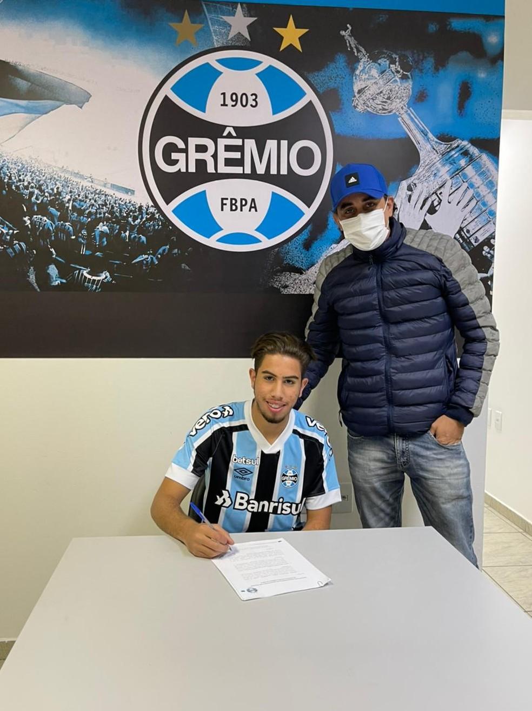 Erick assinou contrato com o Grêmio e integrará o time sub-17 — Foto: Arquivo pessoal