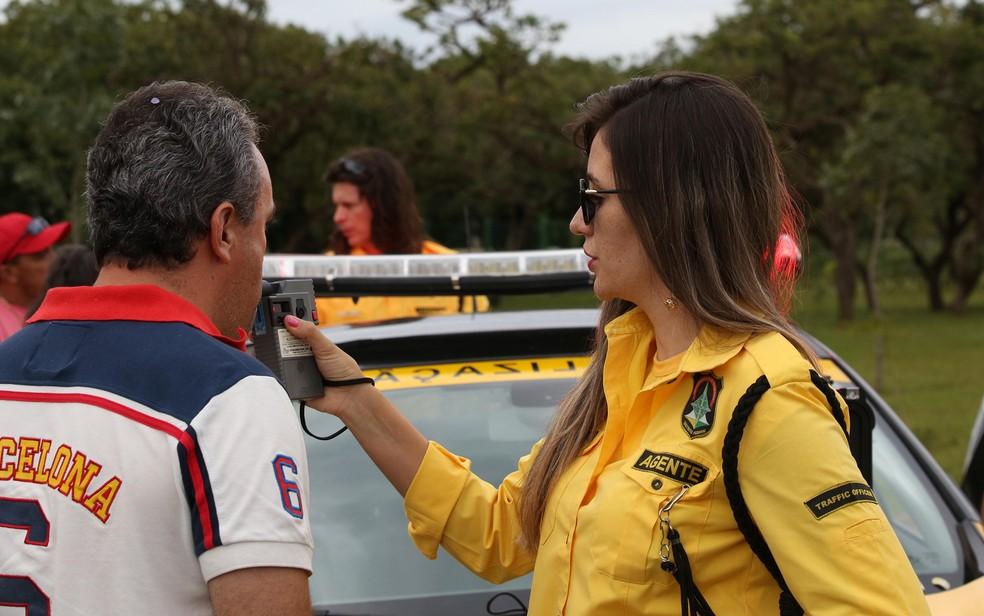 Motorista assopra bafômetro em blitz do Detran no DF — Foto: Tony Winston/Agência Brasília