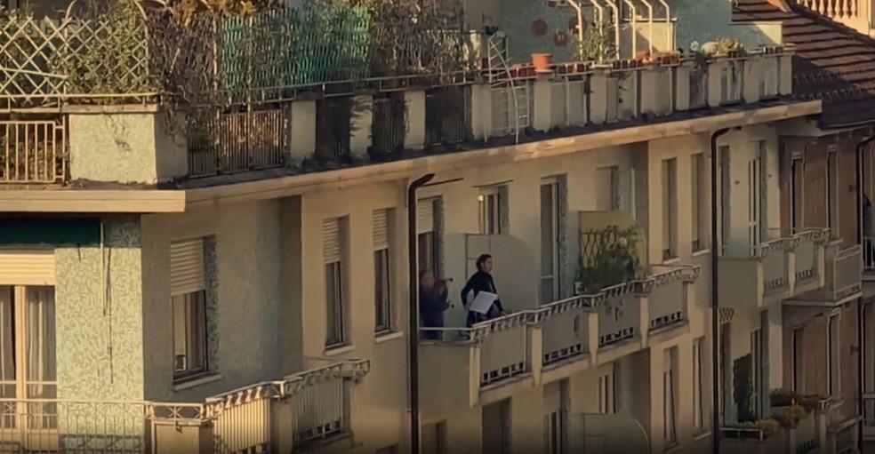 Em Turim, no norte da Itália, cantora de ópera cantou de sua varanda — Foto: Reprodução/ BBC