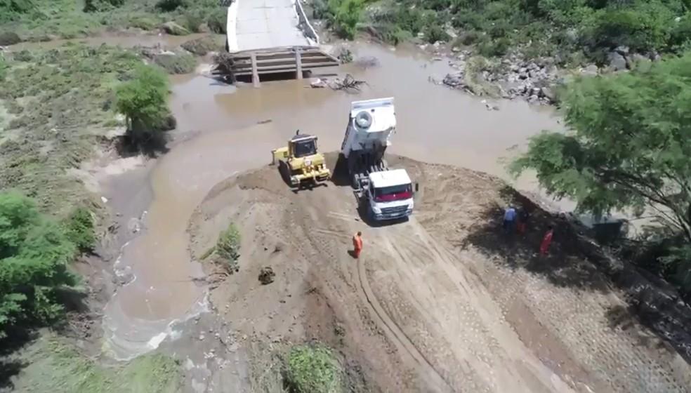 Governo iniciou as obras de recuperação da ponte sobre a RN-041, que foi destruída pela correnteza — Foto: Sandro Menezes/Assecom-RN