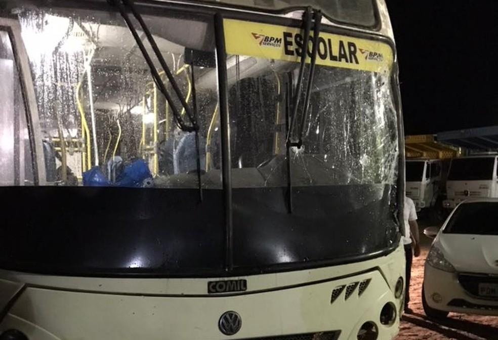 Ônibus teve para-brisas atingido por tiros, na noite de quinta-feira (19), no Cabo de Santo Agostinho, no Grande Recife (Foto: Whats APP TV Globo)