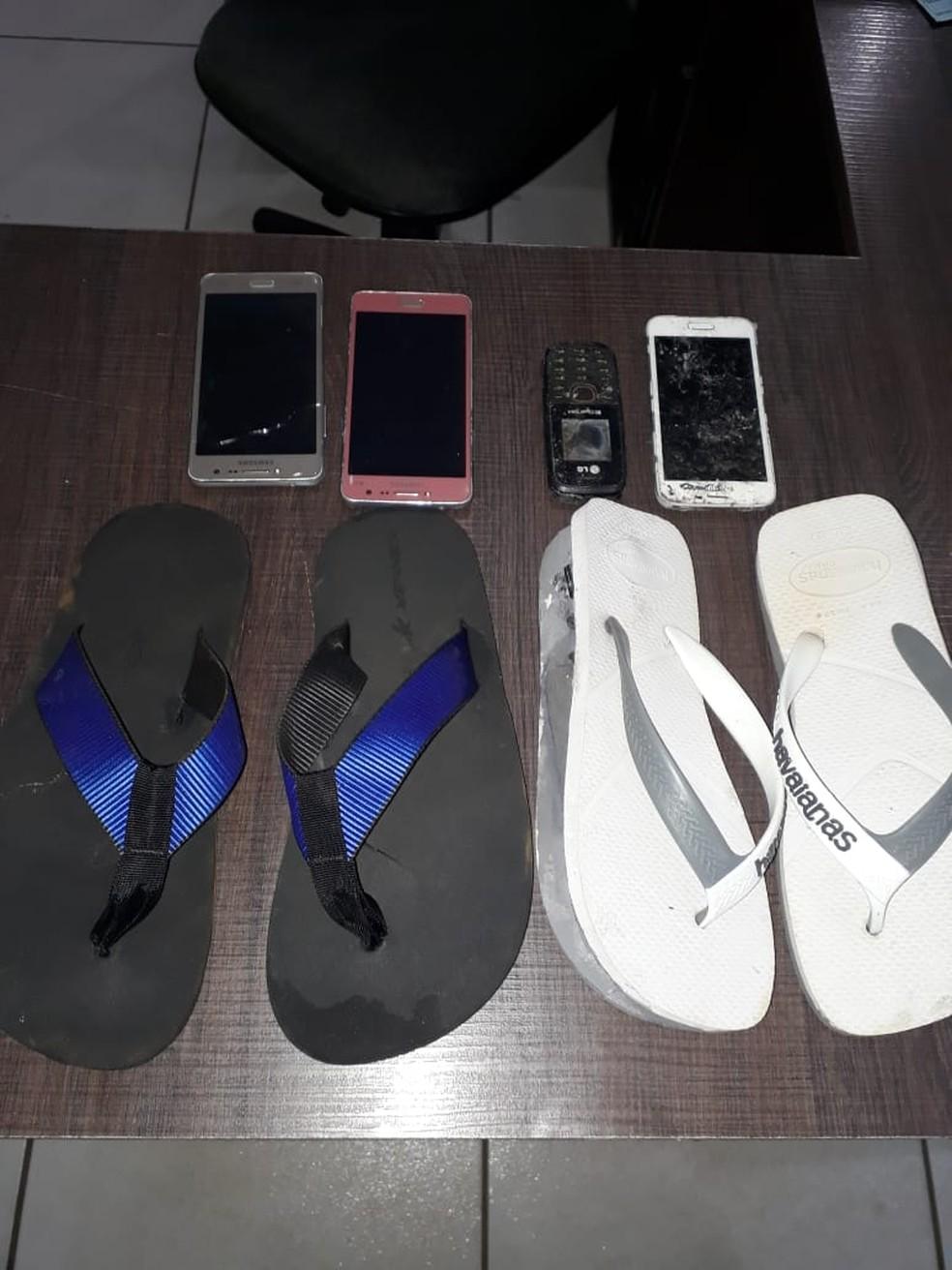 Alguns dos materiais estavam escondidos em chinelos de borracha dos visitantes — Foto: Sejudh-MT/Assessoria
