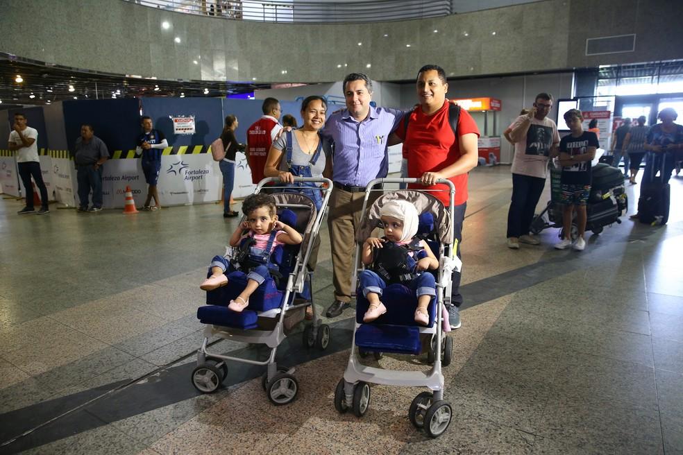 A família foi recebida, no Aeroporto de Fortaleza, pelo médico Eduardo Jucá, que acompanhará a evolução de Maria Ysabelle e Maria Ysadora.  — Foto: Fabiane de Paula