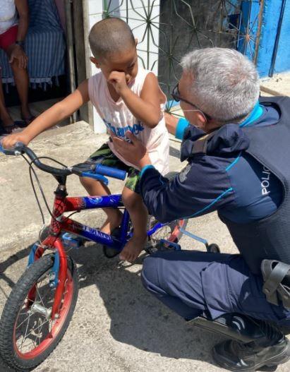 Policiais militares doam bicicleta a garoto em comunidade de Caucaia, e menino se emociona