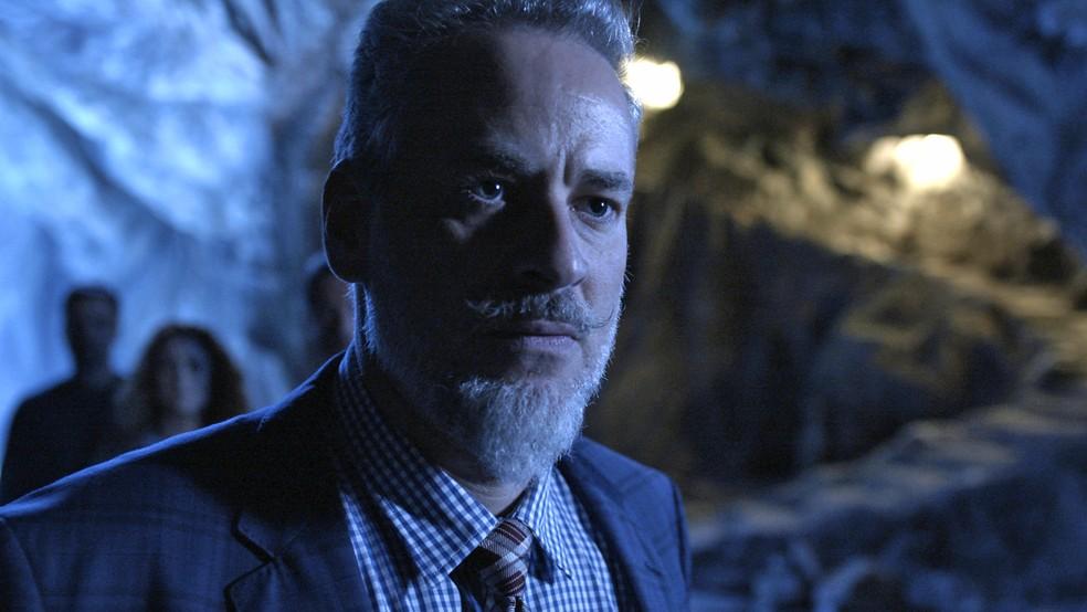 Eurico (Dan Stulbach) fica surpreso com aparição de homem misterioso, sem imaginar que é o León humano (Eduardo Moscovis), em 'O Se — Foto: TV Globo