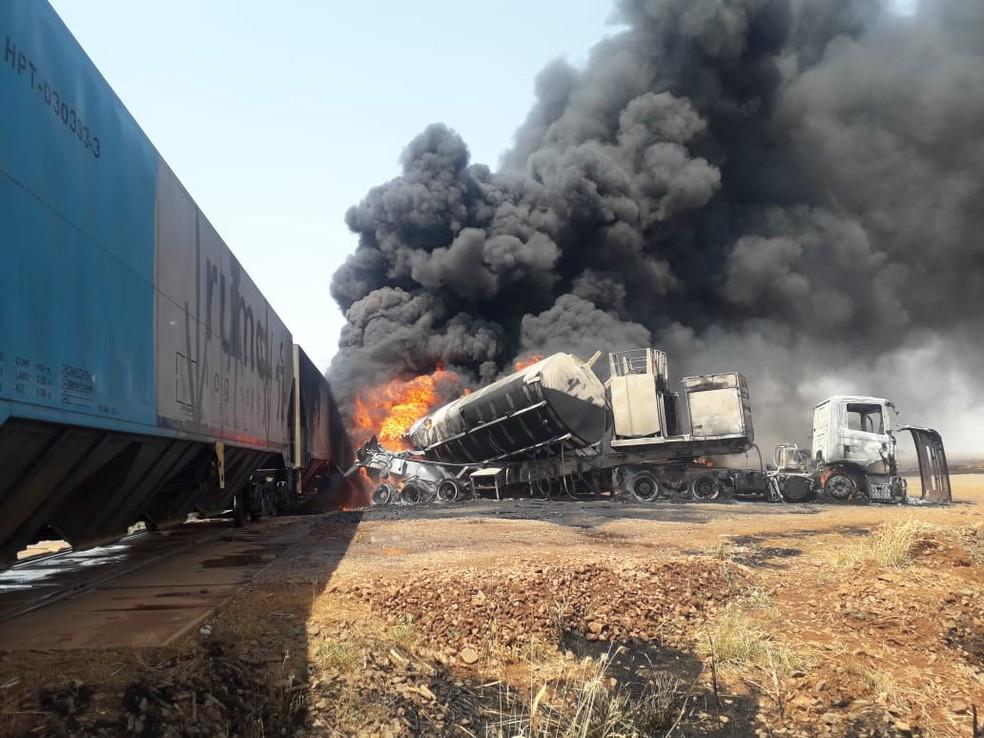 Caminhão tanque ficou destruído após choque com trem em MT — Foto: Polícia Militar de Alto Taquari