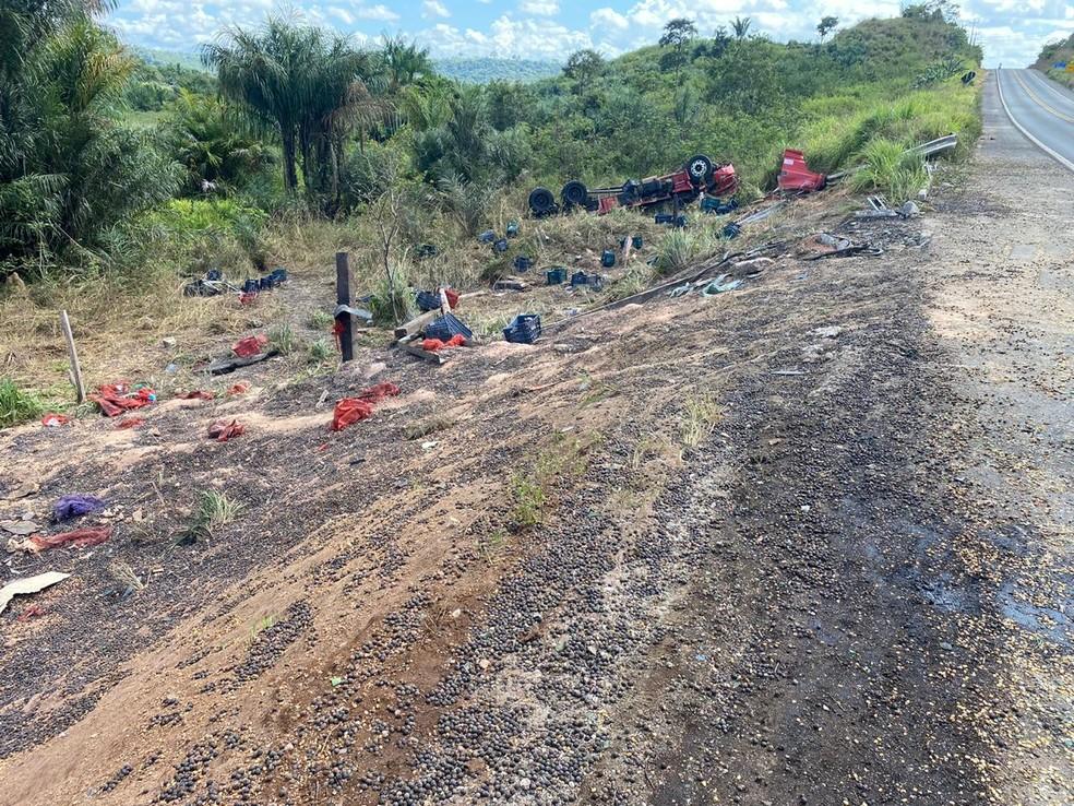 Duas pessoas morrem e outra fica ferida após caminhão carregado de açaí capotar na BR-222, no Maranhão. — Foto: Divulgação/PRF.